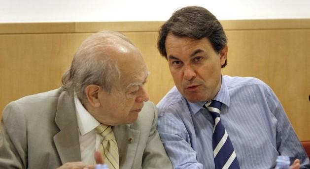 El MH expresident Jordi Pujol conversant amb el MH president de la Generalitat de Catalunya Artur Mas.