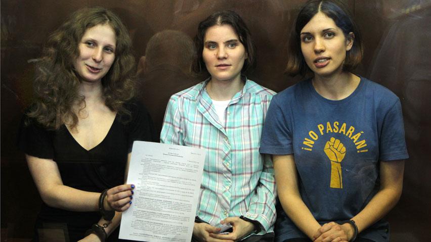 Les tres integrants condemnadas del grup Pussy Riot, d'esquerra a dreta Maria Alekhina, Yekaterina Samutsevich i Nadezhda Tolokonnikova.