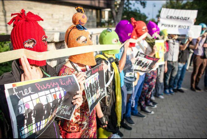 Manifestants a favor de l'absolució de les tres integrants del grup Pussy Riot.