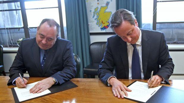 David Cameron i Alex Salmond –màxims representants polítics del Regne Unit i Escòcia respectivament- signant a Edimburg un acord amb els detalls del Referèndum d'autodeterminació.