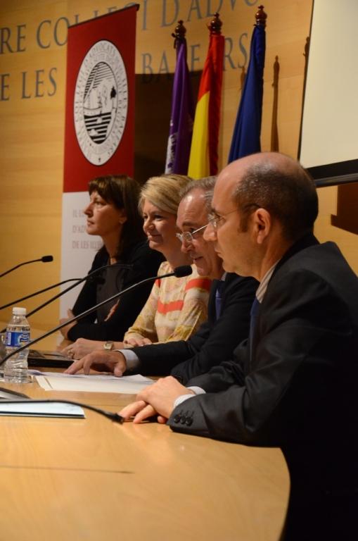 D'esquerra a dreta: Antònia Perello, directora de l'Advocacia de la CAIB; Nuria Riera, consellera d'AA.PP. del Govern balear; Martín Aleñar, degà dels advocats de Balears, i Felio Bauzá, advocat i membre del Consell Consultiu dels Illes Balears