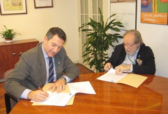 El president del Consell  de l'Advocacia Catalana,  Miquel Sàmper, durant la firma del conveni amb el president del Col·legi d'Advocats Penal Internacional, Luís del Castillo Aragón.