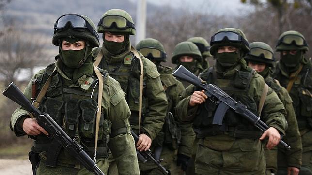 Soldats russos sense identificar marxen per la zona ocupada de Crimea. Font: http://www.abc.es