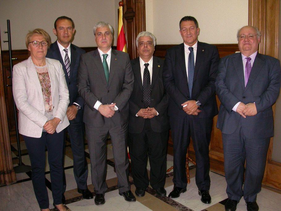 En la imatge, d'esquerra a dreta: la secretària Feliu; el degà dels Procuradors, Ignacio López Chocarro; el conseller Gordó; el degà de l'ICAB, Oriol Rusca; el president del CICAC, Miquel Sàmper; i el secretari Colet.