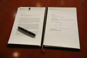 Decret 129/2014 signat pel President de la Generalitat Artur Mas. Fotografia extreta de la seva compte oficial a les xarxes socials.