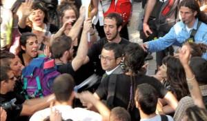 Manifestants rodejant el diputat del PSC, Jordi Terrades
