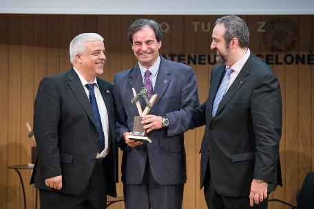 L'advocat Jordi Palou-Loverdos rep el premi de mans del president del Consell, Abel Pié i el degà del Col•legi d'Advocats de Barcelona, Oriol Rusca. Autor: Miquel Coll.