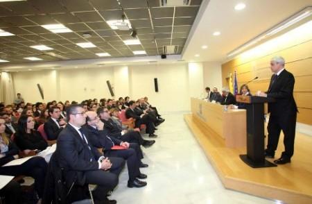El conseller de Justícia ha estat l'encarregat de lliurar els títols professionals d'advocat que, per primera vegada, s'han expedit a Catalunya i que avui han recollit prop de 140 aspirants a advocat